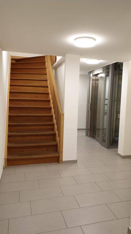 Praxis Hypnofit Treppenhaus mit Lift